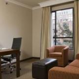 "Sala con escritorio ejecutivo - <a href=""http://www.booking.com/hotel/co/embassy-suites-bogota-rosales-by-hilton.html?aid=384790;label=hotelgallery#availability_target"" rel=""nofollow"">Reserva ahora</a>"