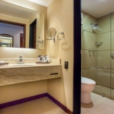 """Baño y ducha - <a href=""""http://www.booking.com/hotel/co/ghl-capital.html?aid=384790;label=hotelgallery#availability_target"""" rel=""""nofollow"""">Reserva ahora</a>"""
