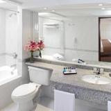 """Baño y ducha con tina - <a href=""""http://www.booking.com/hotel/co/estelar-de-la-feria.html?aid=384790;label=hotelgallery#availability_target"""" rel=""""nofollow"""">Reserva ahora</a>"""